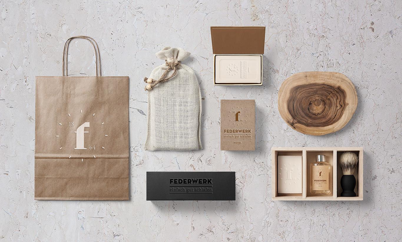Teil des Corporate Design: Badezimmerartikel und Give-away für das Hotel Federwerk. Seifen und Kartonagen gebrandet mit dem Logo.