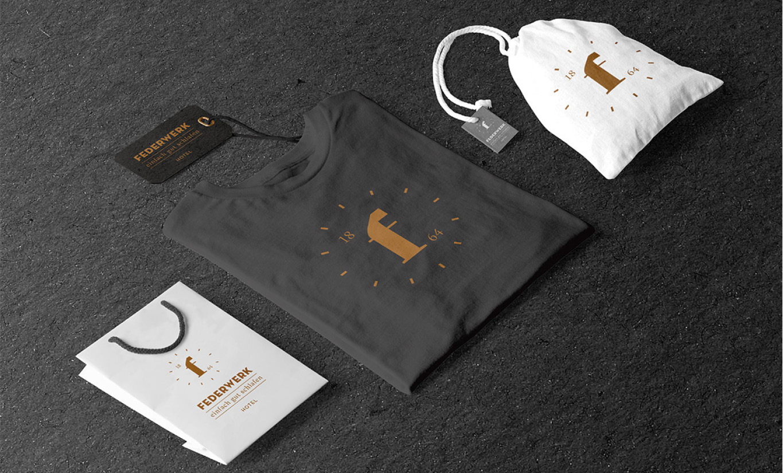 Give-aways wie Taschen und T-Shirts, gebrandet mit dem Logo.