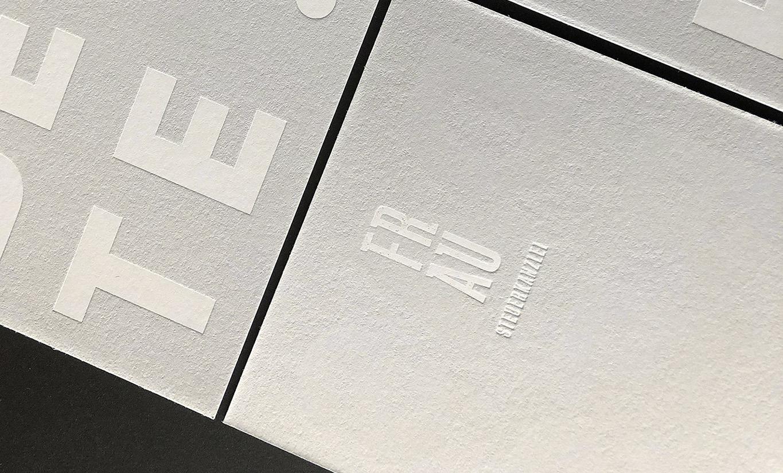 """Hellgraue Glückwunschkarten mit dem Text: """"Das Beste"""". Die Schrift in weißer Heißfolie geprägt in den Karton. Zusätzlich sieht man die Rückseite mit dem Logo der Kanzlei."""